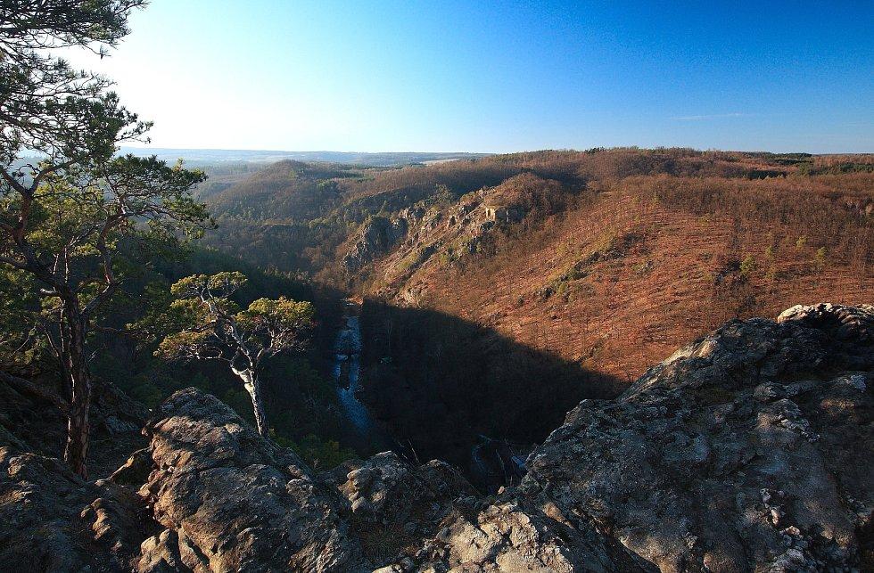 Pohled z Malé skály do údolí Oslavy.