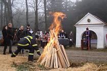Oheň u Farářovy kapličky u Budkova zapálili skauti, kteří přinesli betlémské světlo.