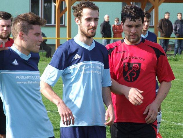 NEJLEPŠÍ STŘELEC. Miloš Neumann (v červeném), který dříve válel v dresu Hartvíkovic nebo Jaroměřic, 22 góly zefektivnil i tak úderný útok Koutů. A právě s tímto týmem postoupil do krajského přeboru. Budišov (v modrém) podruhé za sebou skončil druhý.