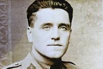 Jaroslav Krátký získal vzdělání na Vojenské akademii v Hranicích na Moravě. Školu ukončil v červenci 1934 v hodnosti poručíka dělostřelectva a ve stejný měsíc byl přidělen k dělostřeleckému pluku ve Znojmě.