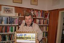 Jan Chloupek coby vzorný knihovník. Mladoňovická knihovna získala za svou existenci celou řadu ocenění, o čemž svědčí jedenáct zarámovaných vyznamenání na jejích zdech.