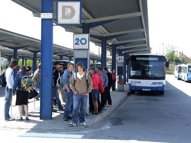 Na Prahu. Autobusové spoje z Třebíče do hlavního města dopravci omezili.
