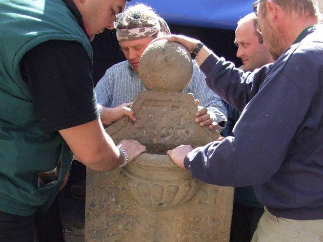 Židovské rituální umyvadlo kior je zpět v synagoze.