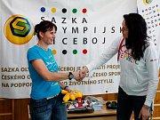 Za dětmi ze školy ve Vícenicích u Náměště nad Oslavou přijeli bronzoví olympijští medailisté vodní slalomář Jiří Prskavec a bývalá trojskokanka Šárka Kašpárková.