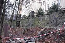 Zeď u třebíčské nemocnice museli její pracovníci zbourat. Hrozilo totiž, že spadne sama. Dnes by měla na místo nastoupit firma, která zeď provizorně zajistí. K rekonstrukci dojde až na jaře.