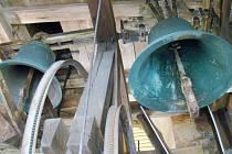Takzvané Zvony smíření ve věži kostela v Babicích.