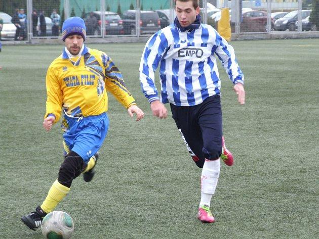 Vladislav (u míče) v posledním přípravném zápase před jarní části sezony zavítala na přírodní trávník do Přibyslavic, kde po dobrém výkonu obou týmů remizovala.