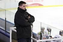 Trenér Orlové Marek Ivan byl při ligovém utkání juniorů na ledě Horácké Slavie Třebíč za nadávky rozhodčím vykázán z lavičky. Bývalý extraligový hokejista poté hodil stůl ze schodů.