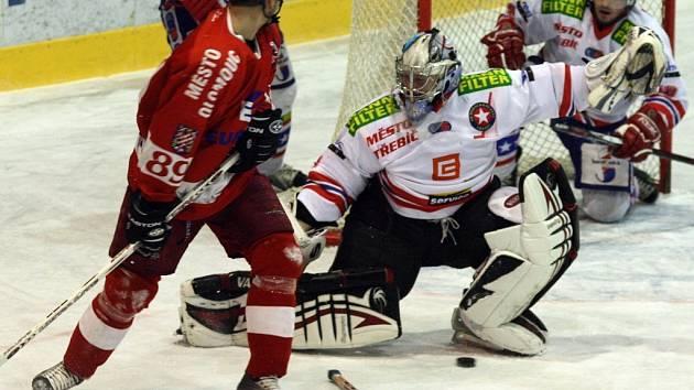 Tři body z Olomouce dovezli hráči Horácké Slavie (v bílém) hlavně díky bojovnosti. Gólmana Filipa Luňáka v tuto chvíli v brankovišti jistil ještě obránce Lukáš Sláma.