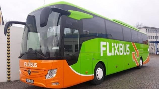 Autobusy v designu FlixBus, které tato společnost provozuje dohromady s firmou ICOM transport na trase Třebíč - Praha.