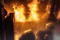 Elektrárenští hasiči prošli speciálním výcvikem v ohňovém kontejneru.