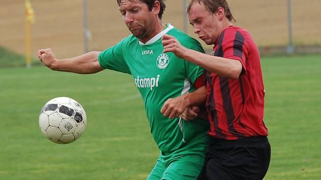 Fotbalisté Červené Řečice vyhráli ve Speřicích, dva góly zařídil jejich kapitán Jiří Dýnek (vlevo).