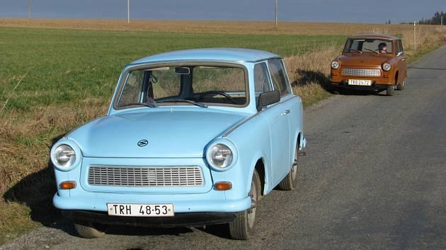 Bleděmodrý a hnědý trabant kombi manželů Olivových z Předína. Oba nereznoucí vozy slouží dodnes.