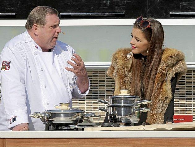 Štáb televize Prima natáčel v Náramči na Třebíčsku pořad Česko na talíři. Přímo na návsi se v úterý na pódiu vybaveném kuchyňskou linkou odehrával další díl této kuchařské show. Tentokrát za účasti České miss 2010.