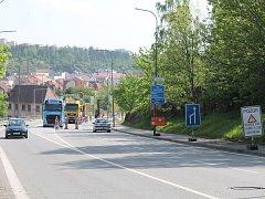 Omezení v Sucheniově ulici v Třebíči. Doprava je svedená ze čtyř do dvou pruhů.