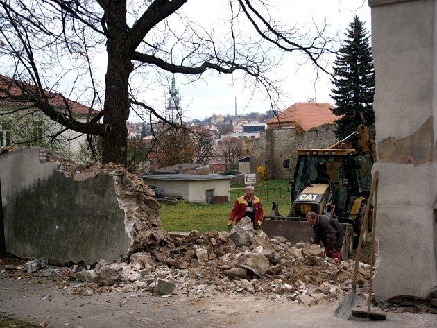 S využitím  kamene se postaví nové zdivo.  Podle předchozího  vzoru bude uvnitř kolmé, vně  šikmé.