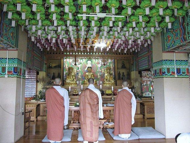 Pohled do menšího chrámu i s mnichy.