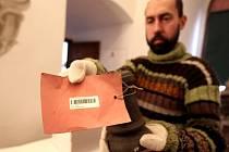 Zaměstnanec muzea Jaroslav Bašta opatřuje předměty z depozitáře čárovým kódem.  Při všech fázích stěhování totiž musí zůstat zachován dokonalý přehled. Sbírky budou uloženy v budově v ulici Kosmákova.