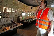 Do tmy se během krátké chvíle ponořil velín druhého výrobního bloku v Dukovanech. Všichni, kdo řídí chod atomového kolosu, musejí  za každé situace věcně a přesně reagovat. Domluva se správci sítě musí být bezchybná.