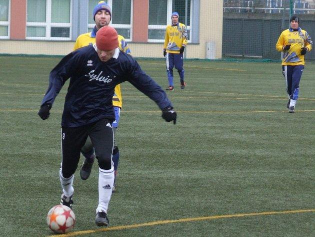 Stařeč (v tmavém) po poločase prohrávala s Vladislaví 0:2, ale po změně stran vývoj utkání otočila.