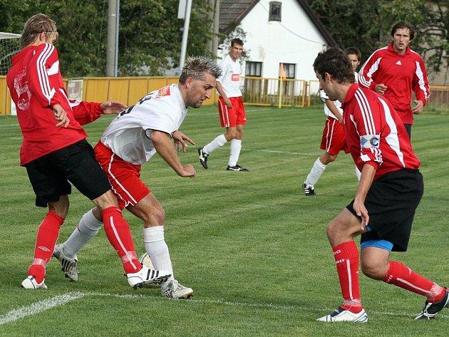 Oba týmy měly dost gólových příležitostí. Hosté z Náměště–Vícenic (ve světlém) tři proměnili, kdežto hráči domácího týmu Čáslavice–Sádek nedali ani jednu.