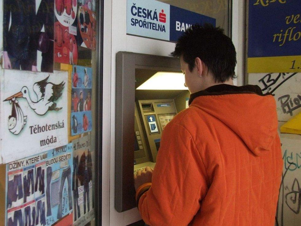 Bankomat v obchodním centru Oáza. Kdo z něj vybíral, přišel o peníze na účtě.