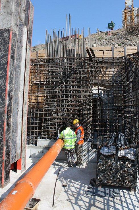 Rekonstrukce vodní nádrže Markovka nedaleko Třebíče skončí příští rok na jaře. Pod hrází se nyní staví nový vypouštěcí objekt, kterým jde voda stále do potoka Markovka.