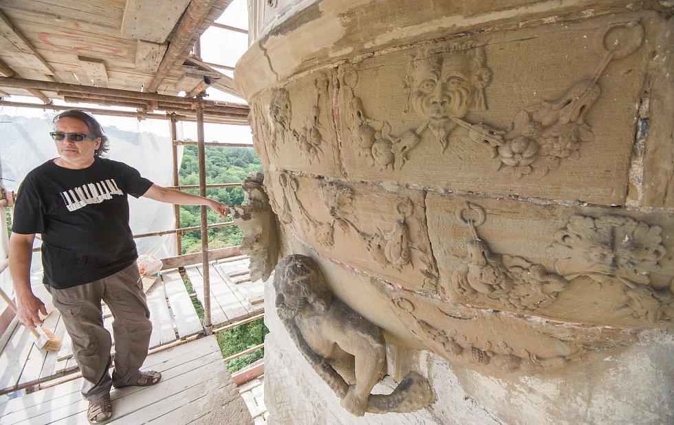 Tým restaurátorů pracoval na arkýři na východním průčelí zámku a na zdobených arkádách vnitřního nádvoří i na opravách kamenných ostění oken, rekonstrukci dřevěných částí oken a obnově omítky vstupního křídla.