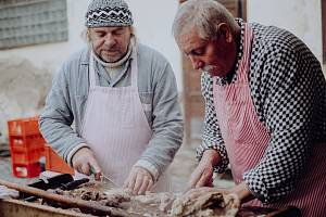 Košt pálenek a zabijačkové hody v Dukovanech. Foto: Zámek Dukovany