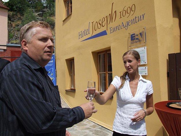 Restaurovaný kompex domů v třebíčské židovské čtvrti, který se proměnil v rodinný hotel, si prohlédla ve středu i řada místních podnikatelů.