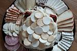 Dagmar Řezníková vyrábí všelijaké mléčné výrobky. Nejvíce ji baví a odreaguje se u výroby různých sýrových dortů.