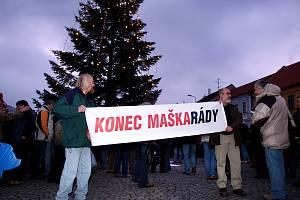 Demonstrace před třebíčskou radnici v prosinci 2007.