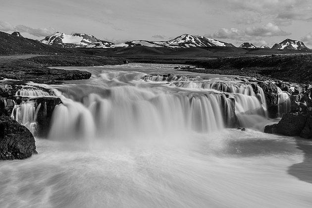 21. Mnohá místa na Islandu dokáží evokovat příběhy, které se možná staly, mohly stát, či stanou vbudoucnosti. Aprávě tohle mě inspirovalo knapsání povídek zIslandu, které vyšly ve dvou zmíněných sbírkách. Jsou kapesního formátu, tak si je čtenář může