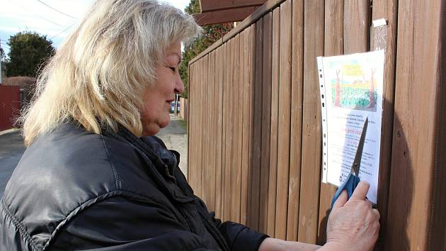 Budišovští se připojí k akci Den proti úložišti 21. dubna. Jedna z místních odpůrkyň právě vyvěšuje plakát s oznámením.