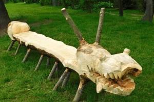 Originální lavičky vytvořené z uschlých pokácených stromů v Třebíči.