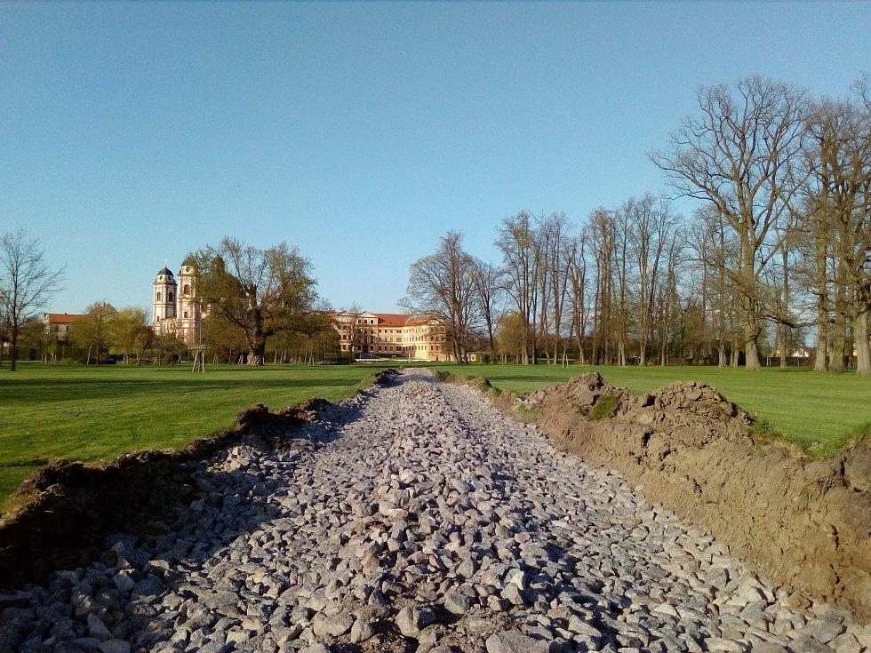 Chystá se stavba dvou nových mostů. Už je nachystaná cesta v anglickém parku pro těžkou stavební techniku.
