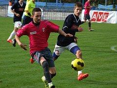 Juniorka HFK Třebíč (v tmavém) musela zápas 10. kola I. A třídy proti Černíči (na snímku) ve druhém poločase otáčet.