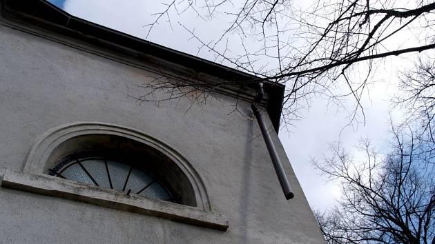 Chybějící okapy na okříškém kostele