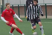 Řada hráčů ze staršího dorostu HFK Třebíč (v červeném) už získávala zkušenosti v juniorce.