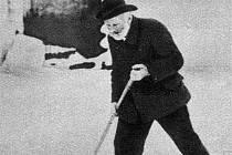 Propagátor lyžování v Rakousko-Uhersku Matyáš Žďárský ve svých 80 letech stále jezdil sjednou holí.