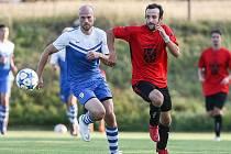 Fotbalisté Želetavy (v modrém) už třetí týden společně trénují.