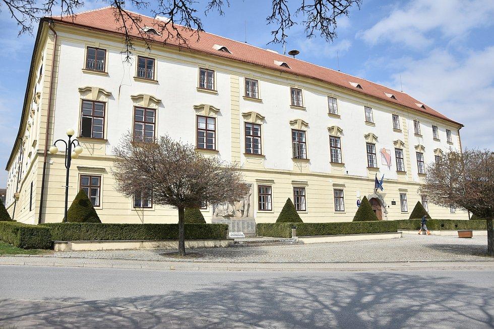 Budova radnice je v Hrotovicích na zámku