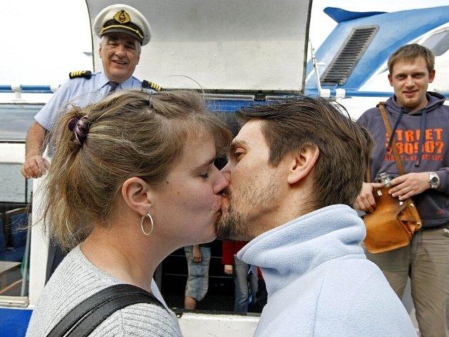 Tradiční prvomájový zvyk si mladší i starší páry mohly vyzkoušet na lodi na Dalešické přehradě.
