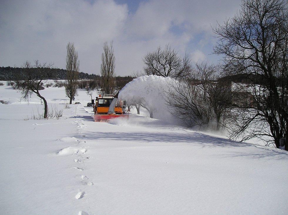 Sníh a silný vítr udělaly před 20 lety nejen z Třebíčska téměř nedostupnou zónu. Na Třebíčsku pomáhala civilní obrana z Bučovic se svými vozidly.  Silničáři se potýkali s úplně zavátými silnicemi.