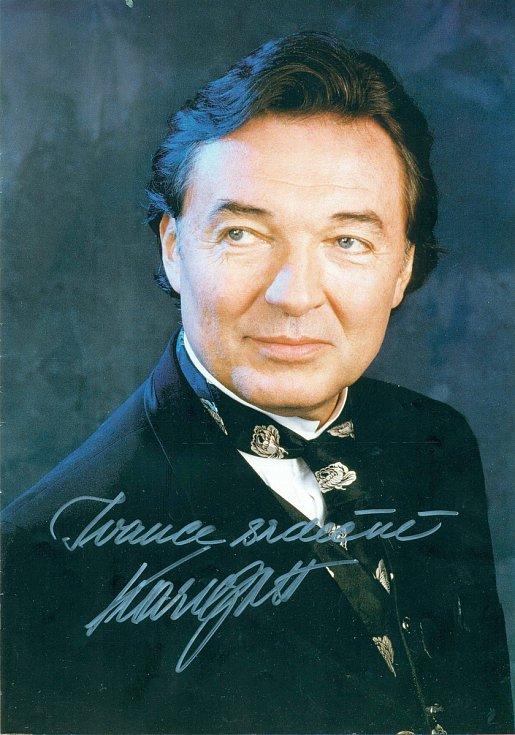 Fotografii podepsal Karel Gott Ivaně Řídké z Třebíče.