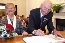 Pětašedesát let společného života oslavil tento pár uplynulou sobotu v nádherných prostorách obřadní síně v zámku v Polici.