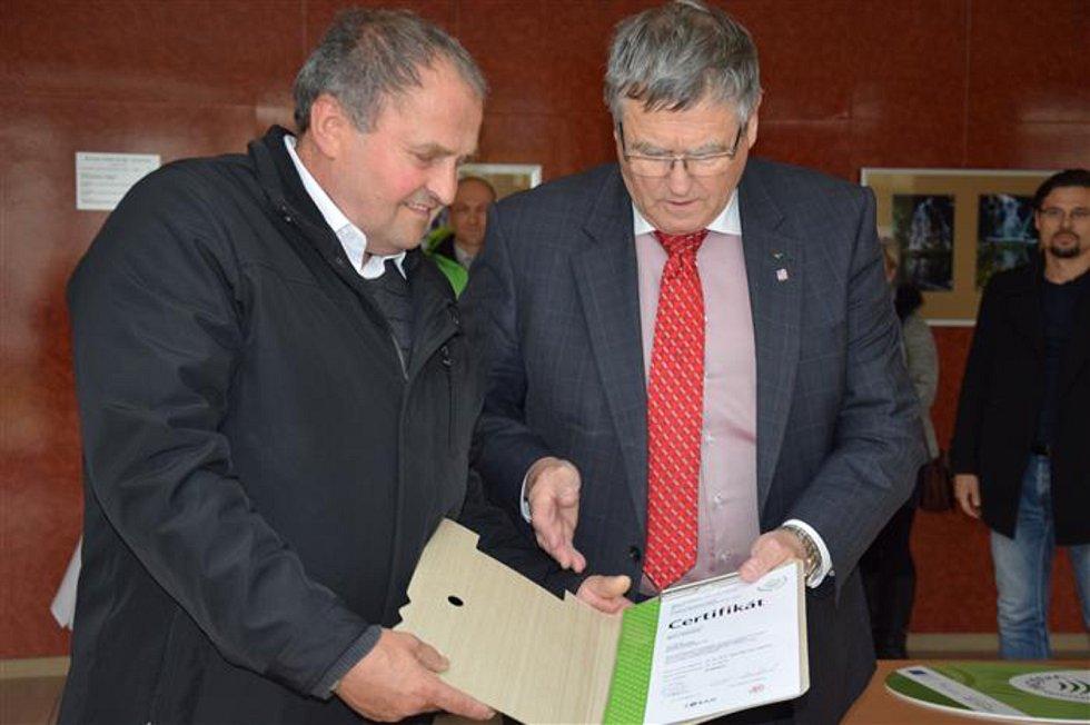 Certifikát Regionální produkt Vysočina nově obdrželi jednatel společnosti Fertia  Jiří Jalovecký a včelař Josef Doležal z Hroznatína.