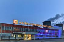 Vstup do dukovanské elektrárny se v noci na 3. dubna ponoří do modré barvy.