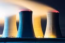 Noční dukovanská jaderná elektrárna.