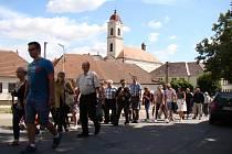 Bohoslužbě u kaple sv. Anny a Jáchyma v Opatově předcházel průvod ze vsi.